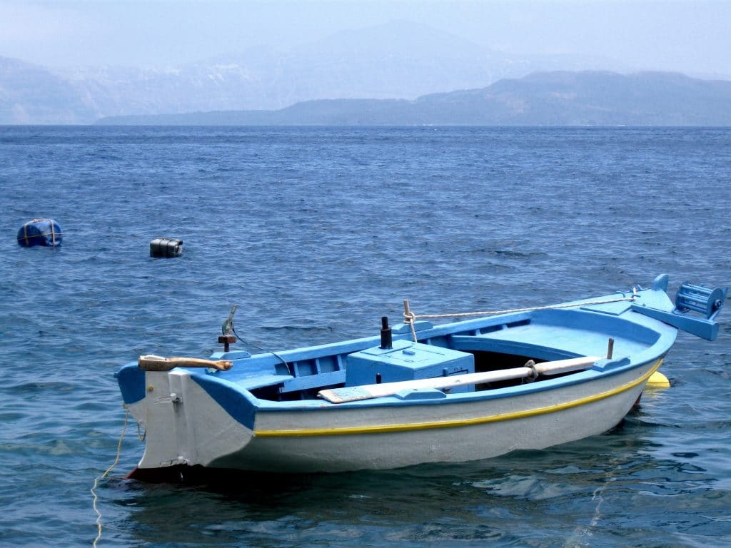 Quels types de tours en bateau à Santorin sont possibles ?