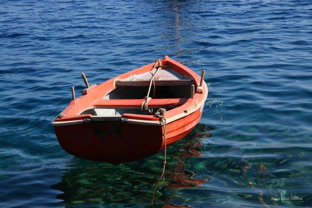 Faire un tour en bateau à Santorin
