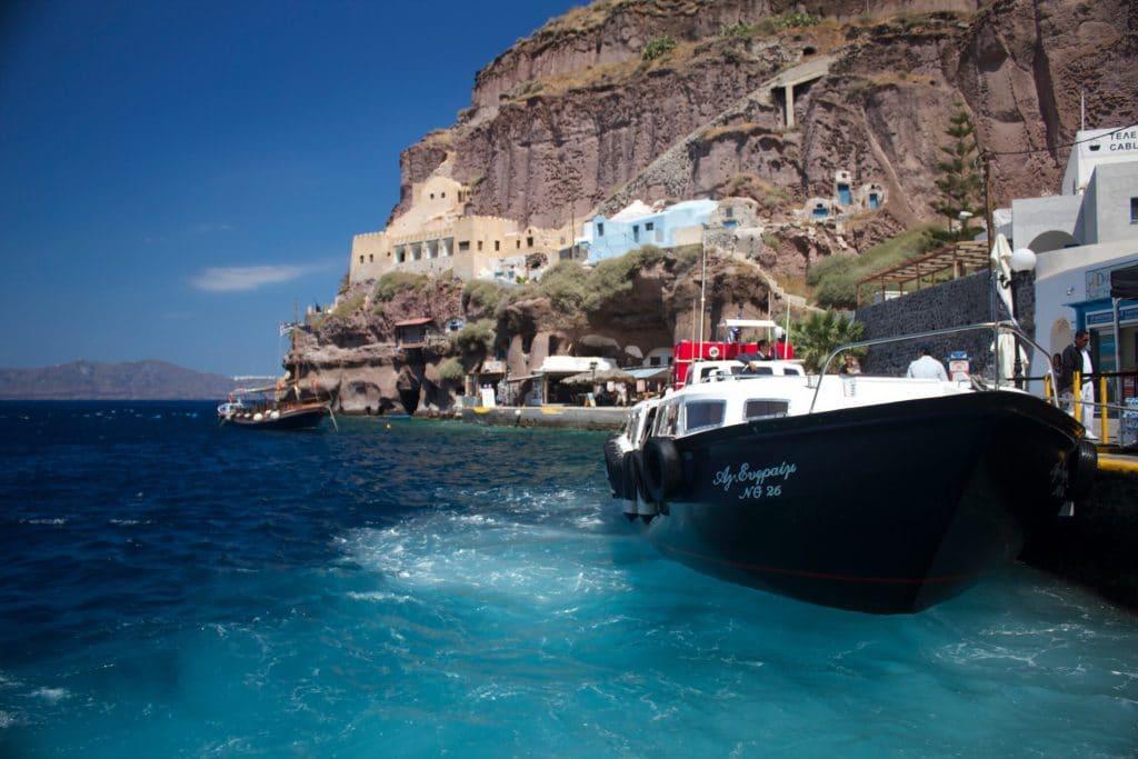 Que peut-on voir lors d'un tour en bateau à Santorin ?