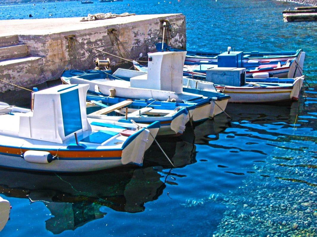 Comment faire un tour en bateau à Santorin ?